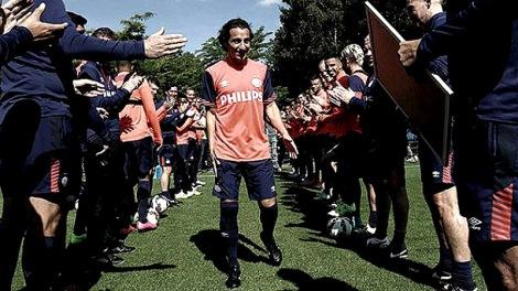 Andrés Guardado a su llegada al PSV. / Foto: Twitter.