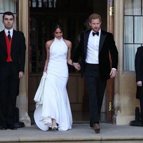 Segundo vestido de Meghan Markle; junto a ella, el príncipe Harry. / Foto: Getty Images.